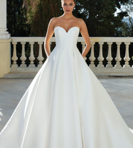 Sleeveless wedding dress with sweetheart neckline and princess or ball gown body