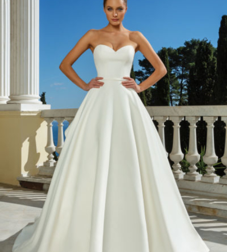 Princess or ball gown wedding dress with sweetheart neckline